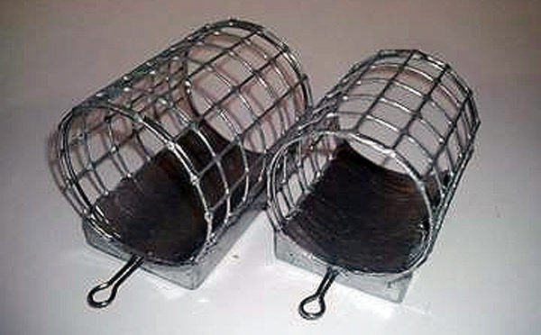 Зимняя фидерная кормушки из сетки