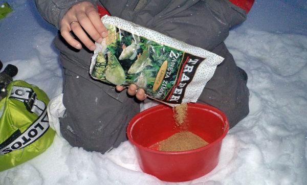 Приготовление прикормки у лунки