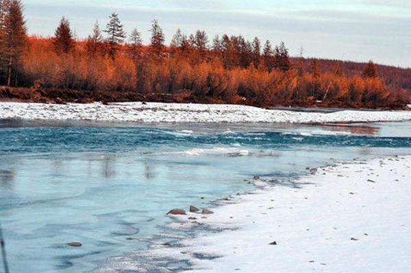 Река ранней весной
