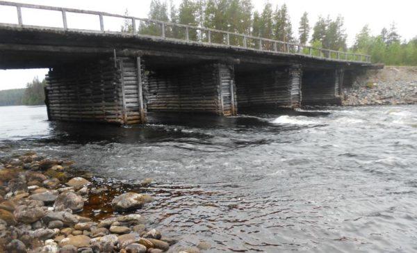 деревянный мост на реке