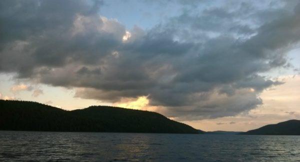 закат на водоеме